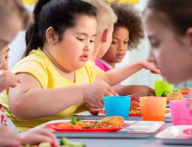 crianca-comendo-obesidade-1422290483431_615x470