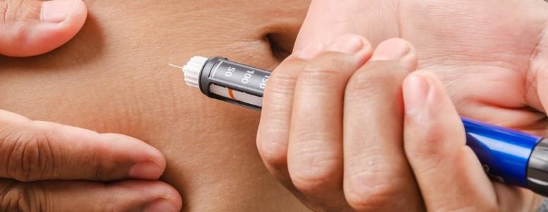 Homem com Diabetes Tipo 1 Aumentando a Consciência Após Críticas por Injetar em Público