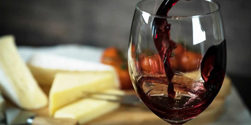 Vinho Tinto e Queijo Podem Melhorar o Declínio Cognitivo