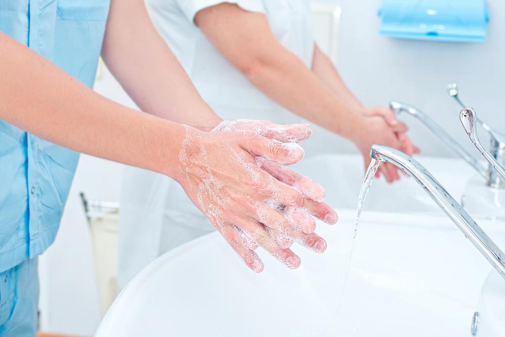 Mesmo a COVID Não Consegue Convencer os Médicos a Manter a Higiene das Mãos