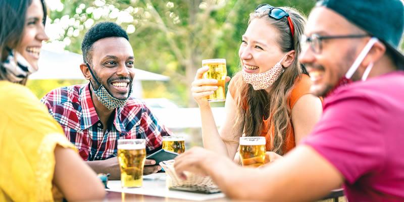 Um Novo Estudo Mostra que o Álcool Torna o Distanciamento Social Quase Impossível em Bares