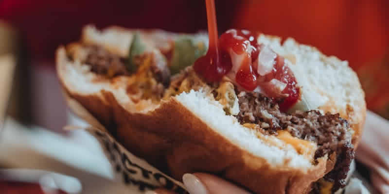 Estudo Sugere: Trocar Carne Processada por Vegetais e Nozes Pode Adicionar Minutos à Sua Vida Todos os Dias