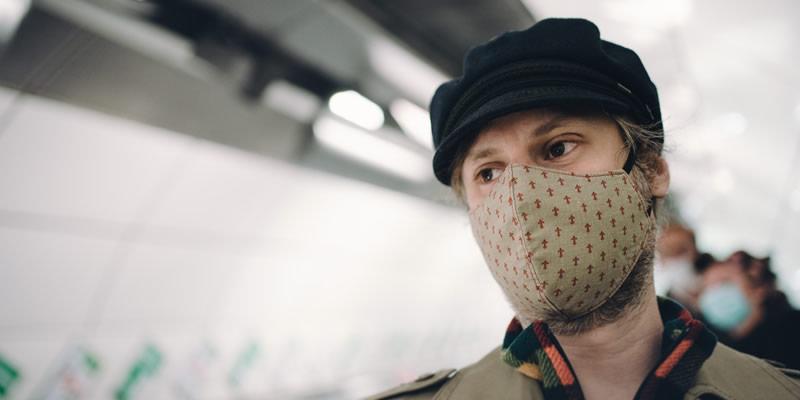 """Estudo Destaca a """"Diferença Muito Séria"""" na Eficácia de Diferentes Tipos de Máscaras na Redução da Disseminação de COVID-19"""